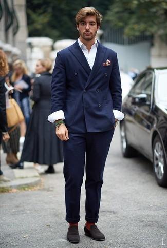 Comment porter un blazer croisé bleu marine: Pense à porter un blazer croisé bleu marine et un pantalon chino bleu marine pour aller au bureau. Jouez la carte classique pour les chaussures et opte pour une paire de des slippers en daim marron foncé.