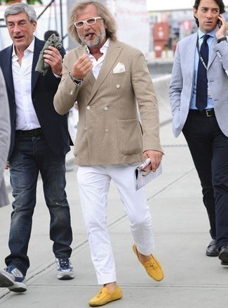 Comment porter une chemise à manches longues avec des mocassins: Essaie d'associer une chemise à manches longues avec un pantalon chino blanc pour un look de tous les jours facile à porter. Une paire de des mocassins est une option parfait pour complèter cette tenue.