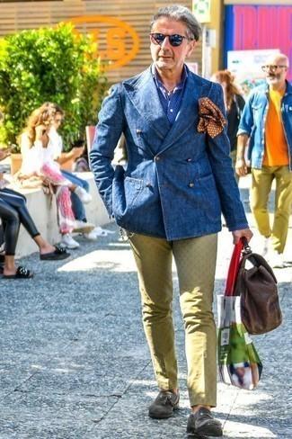 Comment porter une pochette de costume imprimée marron: Essaie de marier un blazer croisé en denim bleu avec une pochette de costume imprimée marron pour affronter sans effort les défis que la journée te réserve. Une paire de des mocassins à pampilles en daim gris foncé rendra élégant même le plus décontracté des looks.