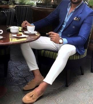 Comment porter des mocassins à pampilles en daim marron clair: Harmonise un blazer croisé bleu avec un pantalon chino blanc si tu recherches un look stylé et soigné. D'une humeur audacieuse? Complète ta tenue avec une paire de des mocassins à pampilles en daim marron clair.