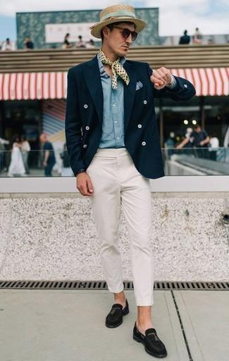 Comment porter une montre en cuir beige: Marie un blazer croisé bleu marine avec une montre en cuir beige pour un déjeuner le dimanche entre amis. Jouez la carte classique pour les chaussures et fais d'une paire de des mocassins à pampilles en daim noirs ton choix de souliers.