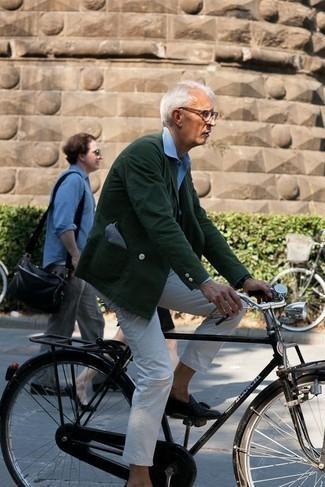 Tendances mode hommes: Marie un blazer croisé vert foncé avec un pantalon chino blanc pour un look idéal au travail. Choisis une paire de des mocassins à pampilles en cuir noirs pour afficher ton expertise vestimentaire.