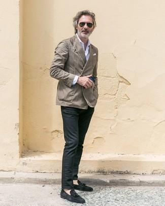 Comment porter un blazer croisé gris: Porte un blazer croisé gris et un pantalon chino gris foncé pour prendre un verre après le travail. Complète cet ensemble avec une paire de des mocassins à pampilles en daim noirs pour afficher ton expertise vestimentaire.