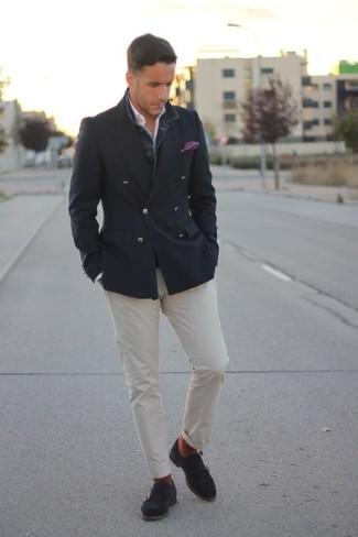Comment porter: blazer croisé gris foncé, chemise à manches longues blanche, pantalon chino blanc, double monks en daim gris foncé