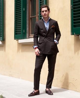 Comment porter: blazer croisé marron foncé, chemise à manches longues bleu clair, pantalon de costume marron foncé, mocassins à pampilles en cuir marron foncé