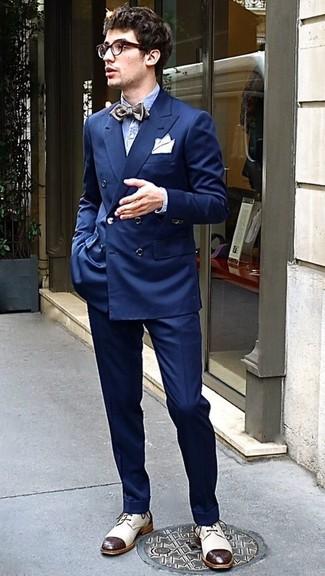 Comment porter: blazer croisé bleu marine, chemise à manches longues en seersucker bleu clair, pantalon de costume bleu marine, chaussures derby en cuir beiges