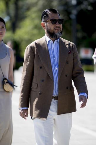 Comment porter: blazer croisé en lin marron, chemise à manches longues en lin à rayures verticales bleu clair, pantalon de costume en lin blanc, pochette de costume imprimée bordeaux