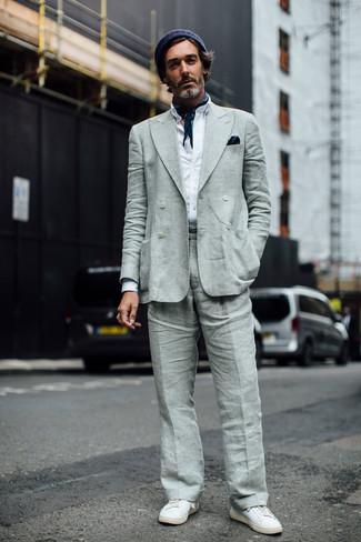 Comment porter: blazer croisé en lin gris, chemise à manches longues blanche, pantalon de costume en lin gris, baskets basses en cuir blanches