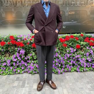Comment porter: blazer croisé bordeaux, chemise à manches longues bleue, pantalon de costume gris foncé, slippers en cuir marron