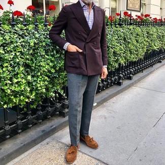 Comment porter: blazer croisé bordeaux, chemise à manches longues en vichy blanc et rouge et bleu marine, pantalon de costume en laine gris, mocassins à pampilles en daim tabac