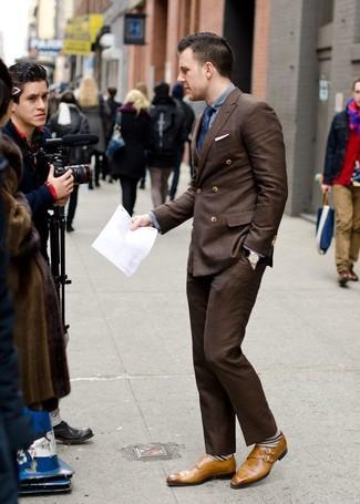 Comment porter: blazer croisé marron foncé, chemise à manches longues grise, pantalon de costume marron foncé, double monks en cuir marron clair