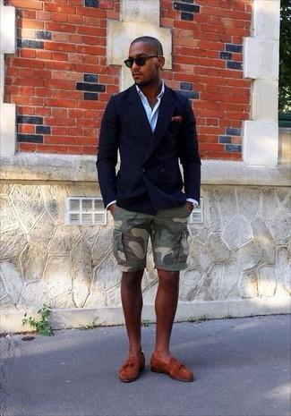 Comment porter: blazer croisé bleu marine, chemise à manches longues bleu clair, short camouflage olive, mocassins à pampilles en daim tabac