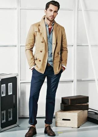 Comment porter: blazer croisé en coton marron clair, chemise à manches longues á pois bleu clair, t-shirt à col boutonné bordeaux, pantalon chino bleu marine