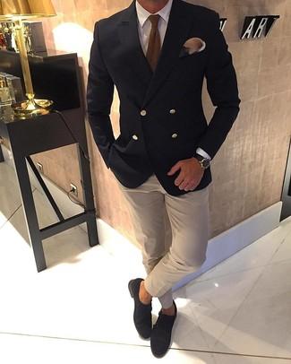 Comment porter: blazer croisé noir, chemise de ville blanche, chemise de ville beige, double monks en daim marron foncé