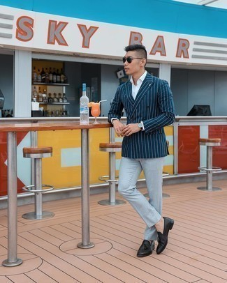 Comment s'habiller pour un style elégantes: Sois au sommet de ta classe en portant un blazer croisé à rayures verticales bleu marine et une chemise de ville blanche. Une paire de mocassins à pampilles en cuir noirs est une option astucieux pour complèter cette tenue.