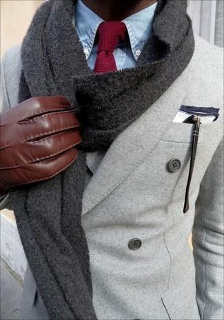 Comment porter: blazer croisé en laine gris, chemise de ville en chambray bleu clair, cravate en tricot bordeaux, écharpe en tricot gris foncé