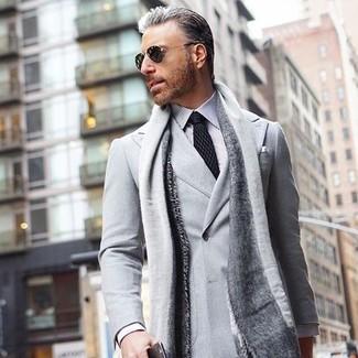 Comment porter: blazer croisé gris, chemise de ville à rayures verticales blanche et noire, cravate á pois noire, écharpe grise