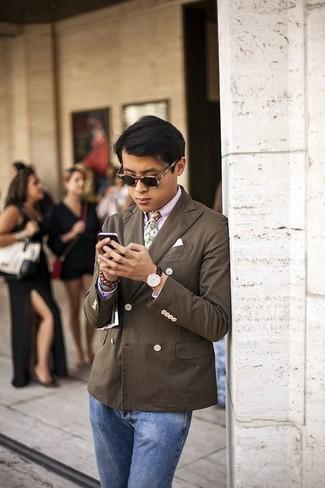 Comment porter: blazer croisé marron foncé, chemise de ville rose, jean bleu, cravate à fleurs verte