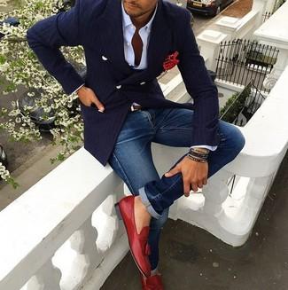 Comment porter: blazer croisé à rayures verticales bleu marine, chemise de ville blanche, jean bleu, mocassins à pampilles en cuir rouges