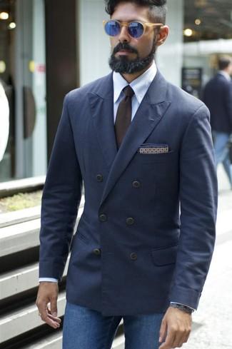 Comment porter: blazer croisé bleu marine, chemise de ville bleu clair, jean bleu, cravate marron foncé