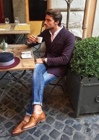 Comment porter: blazer croisé á pois bordeaux, chemise de ville blanche, jean déchiré bleu, monks en cuir marron