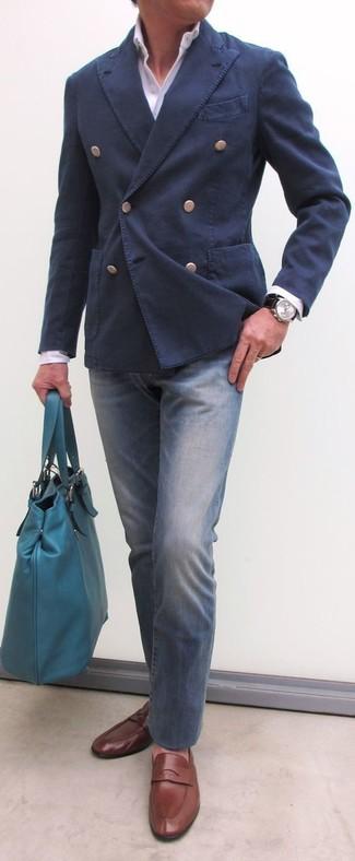 Comment porter: blazer croisé en coton bleu marine, chemise de ville blanche, jean bleu, slippers en cuir marron