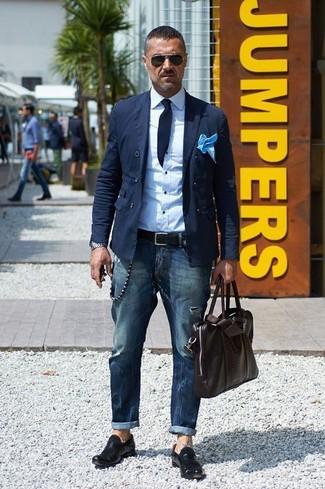 Comment porter: blazer croisé en coton bleu marine, chemise de ville blanche, jean bleu marine, slippers en cuir noirs
