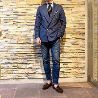Comment porter: blazer croisé bleu marine, chemise de ville à rayures verticales blanche, jean bleu marine, mocassins à pampilles en daim marron foncé