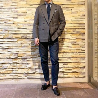Comment porter: blazer croisé marron foncé, chemise de ville à rayures verticales blanc et bleu, jean bleu marine, mocassins à pampilles en cuir noirs