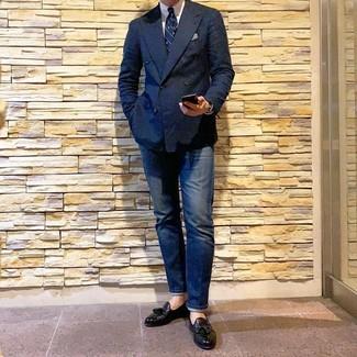 Comment porter: blazer croisé bleu marine, chemise de ville blanche, jean bleu marine, mocassins à pampilles en cuir noirs
