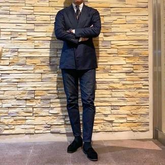 Comment porter: blazer croisé bleu marine, chemise de ville blanche, jean bleu marine, slippers en daim noirs