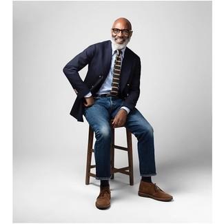 Comment porter des bottines chukka en daim marron: Porte un blazer croisé bleu marine et un jean bleu marine pour prendre un verre après le travail. Jouez la carte décontractée pour les chaussures et assortis cette tenue avec une paire de des bottines chukka en daim marron.