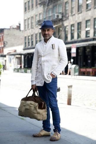 Comment s'habiller après 40 ans: Pense à harmoniser un blazer croisé blanc avec un jean bleu pour achever un look habillé mais pas trop. Assortis cette tenue avec une paire de des chaussures richelieu en cuir beiges pour afficher ton expertise vestimentaire.