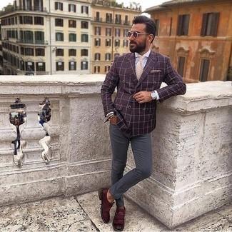 Comment porter une cravate beige: Sois au sommet de ta classe en portant un blazer croisé pourpre foncé et une cravate beige. Une paire de des slippers en cuir à franges bordeaux apportera un joli contraste avec le reste du look.