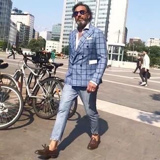 Comment porter un jean bleu clair: Pense à opter pour un blazer croisé à carreaux bleu clair et un jean bleu clair pour aller au bureau. Apportez une touche d'élégance à votre tenue avec une paire de des mocassins à pampilles en cuir marron.