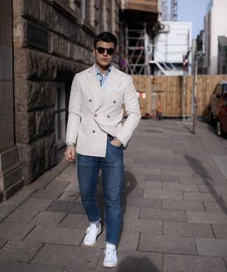 Comment porter des baskets basses en toile blanches: Essaie d'harmoniser un blazer croisé beige avec un jean bleu marine si tu recherches un look stylé et soigné. Mélange les styles en portant une paire de baskets basses en toile blanches.