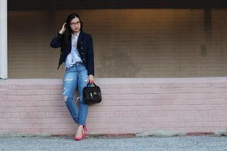 Comment porter: blazer croisé bleu marine, chemise de ville à rayures verticales bleu clair, jean déchiré bleu, escarpins en cuir fuchsia