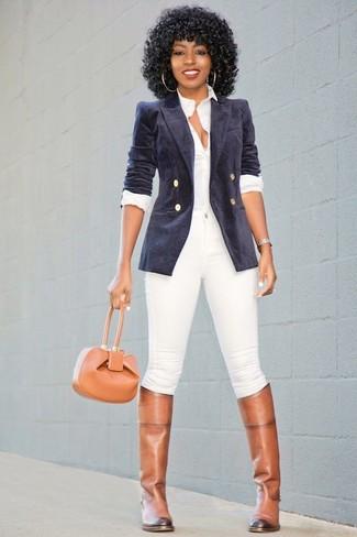 Comment porter: blazer croisé en velours bleu marine, chemise de ville blanche, jean skinny blanc, bottes hauteur genou en cuir marron