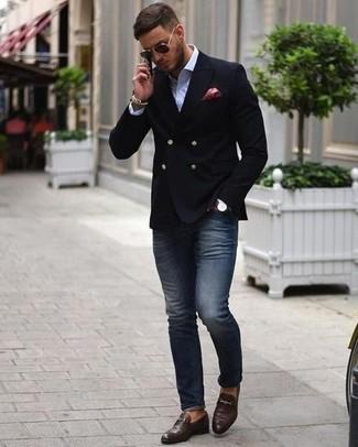 Comment porter: blazer croisé noir, chemise de ville blanche, jean skinny bleu marine, slippers en cuir marron foncé