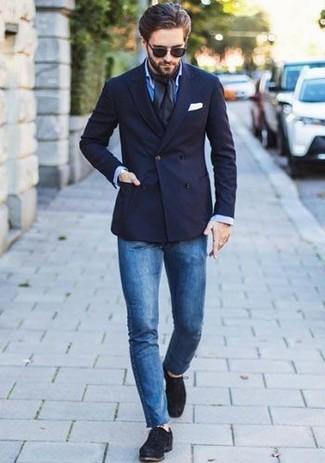 Comment porter: blazer croisé bleu marine, chemise de ville bleue, jean skinny bleu, chaussures derby en daim noires