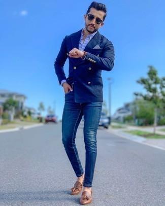 Comment porter un jean skinny bleu: Marie un blazer croisé bleu marine avec un jean skinny bleu pour aller au bureau. Fais d'une paire de mocassins à pampilles en cuir marron ton choix de souliers pour afficher ton expertise vestimentaire.