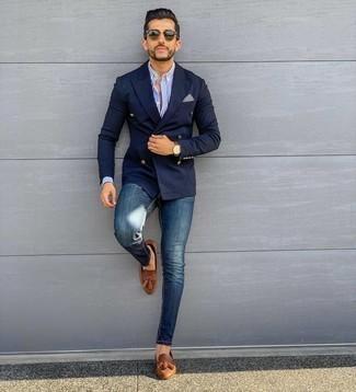 Comment porter un jean skinny bleu: Opte pour un blazer croisé bleu marine avec un jean skinny bleu pour prendre un verre après le travail. Choisis une paire de mocassins à pampilles en cuir marron pour afficher ton expertise vestimentaire.