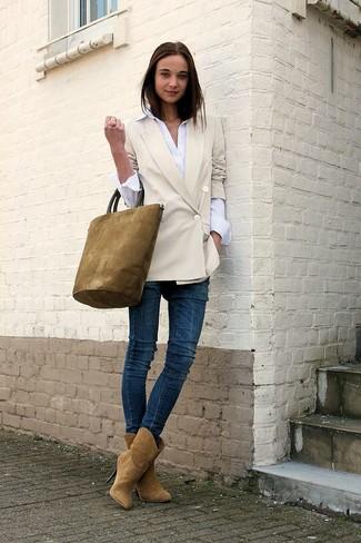 Comment porter: blazer croisé beige, chemise de ville blanche, jean skinny bleu marine, bottines en daim marron clair