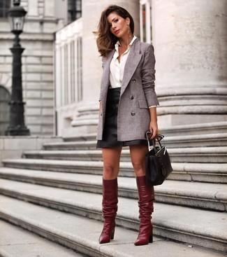 Comment porter des bottes hauteur genou en cuir bordeaux: Porte un blazer croisé gris et une minijupe en cuir noire pour une tenue idéale le week-end. Jouez la carte classique pour les chaussures et termine ce look avec une paire de bottes hauteur genou en cuir bordeaux.