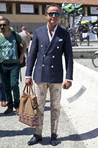 Comment porter: blazer croisé en laine bleu marine, chemise de ville blanche, pantalon chino à fleurs beige, double monks en cuir bleu marine