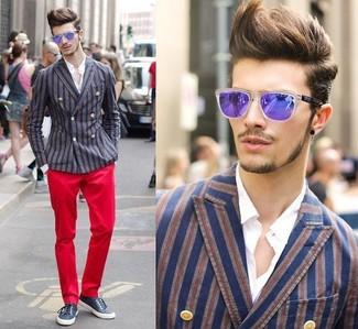 Comment porter: blazer croisé à rayures verticales bleu et rouge, chemise de ville blanche, pantalon chino rouge, tennis bleu marine