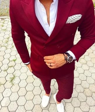 Comment porter: blazer croisé rouge, chemise de ville blanche, pantalon chino rouge, slippers en cuir blancs