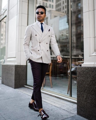 Comment porter: blazer croisé gris, chemise de ville blanche, pantalon chino noir, double monks en cuir bordeaux