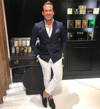 Comment porter: blazer croisé noir, chemise de ville blanche, pantalon chino blanc, mocassins à pampilles en daim noirs