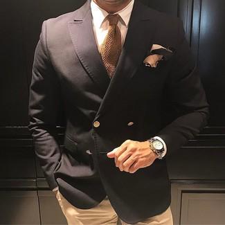 Comment porter: blazer croisé noir, chemise de ville blanche, pantalon chino marron clair, cravate en tricot marron clair